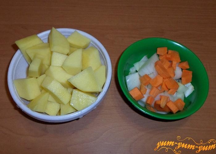 Картофель морковь и лук нарезать кусочками