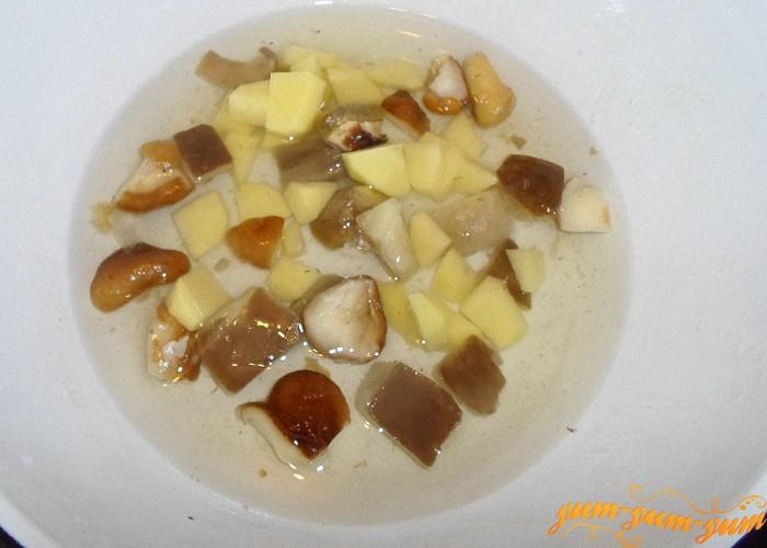 Картофель очистить от кожуры помыть и нарезать