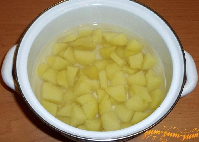 Картофель почистить и отварить до готовности