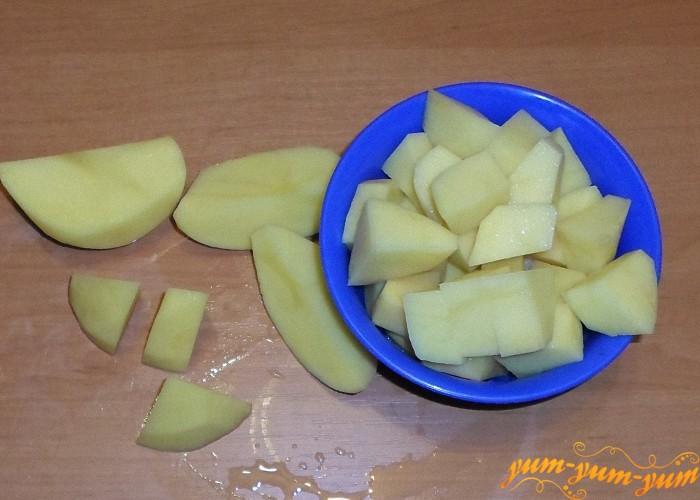 Картофель почистить помыть и нарезать средними кубиками