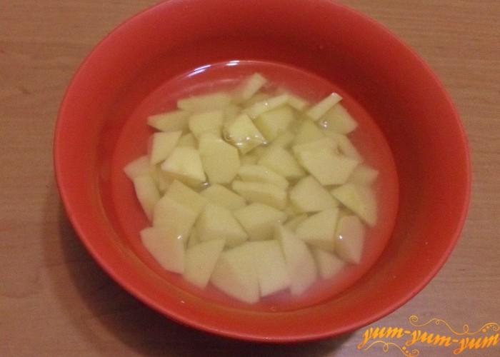 Картошку нарезать мелко и залить холодной водой