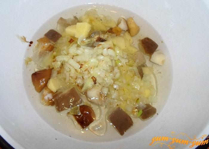 Обжарить лук и добавить в кастрюлю к картофелю и грибам