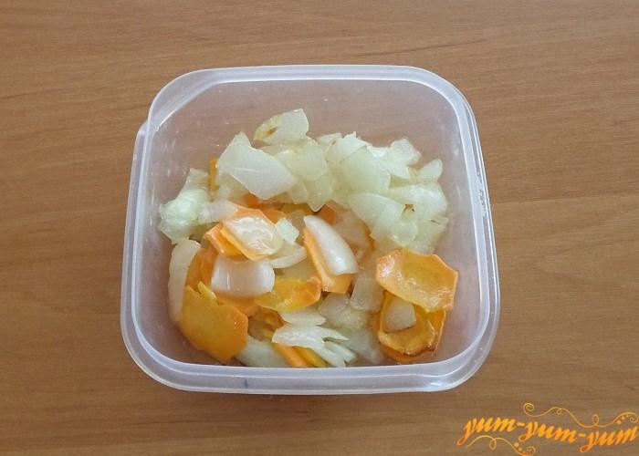 Обжарить лук вместе с морковью