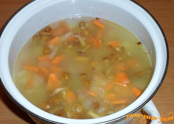 Положить в кастрюлю обжаренные овощи с грибами в суп