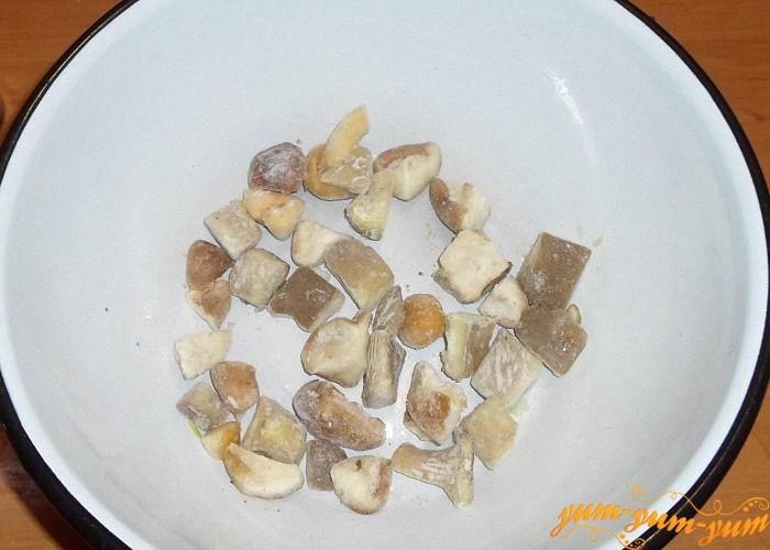 Положить в кастрюлю замороженные грибы и сварить