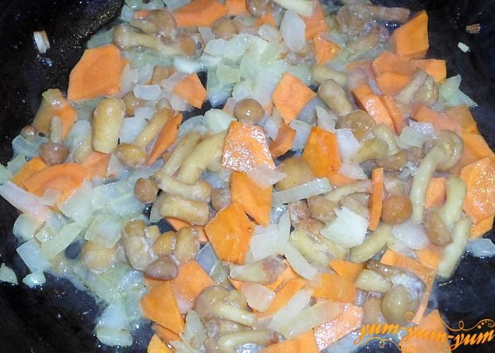Размороженные грибы обжарить вместе с морковью и луком
