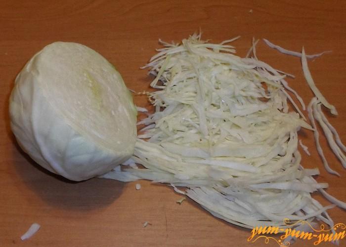 Свежую капусту помыть и нашинковать тонкой соломкой