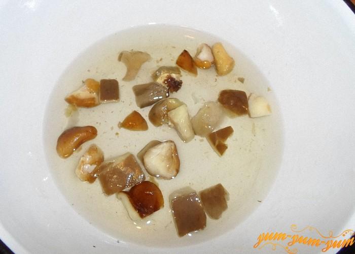 Замороженные грибы залить водой и поставить варить