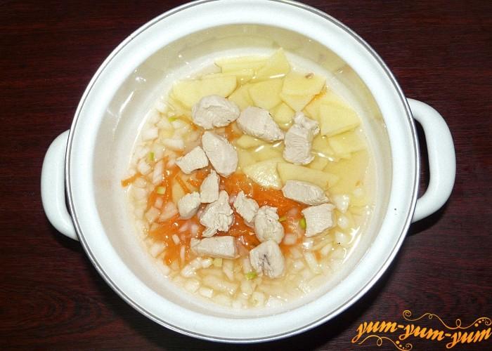 Готовое мясо нарезать и положить обратно в суп