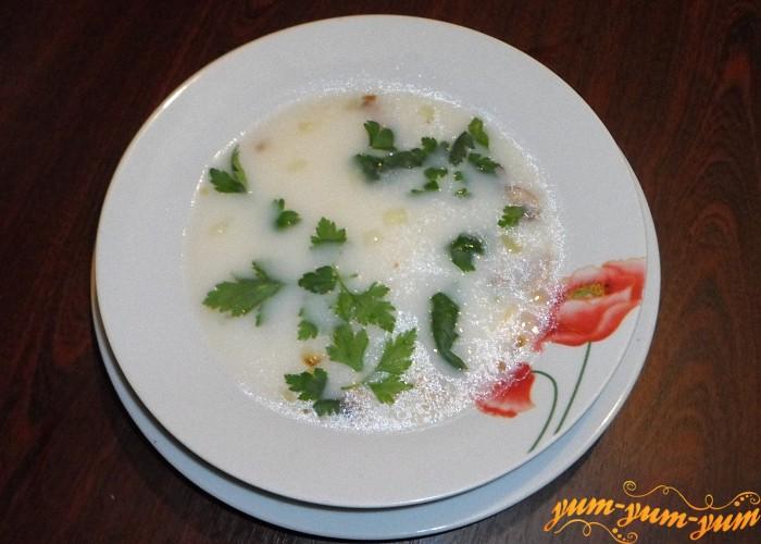 Грибной суп с сухариками и зеленью можно подавать к столу