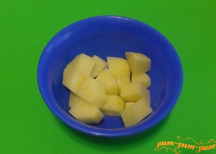 Картофель почистить и нарезать кубиками