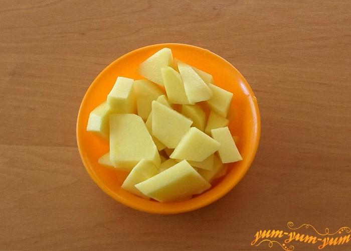 Картофель почистить и нарезать средними кубиками