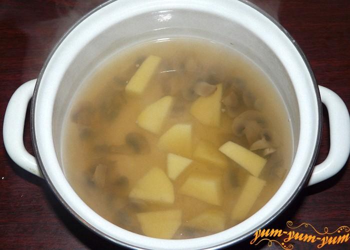 Картофель почистить нарезать и добавить к грибам