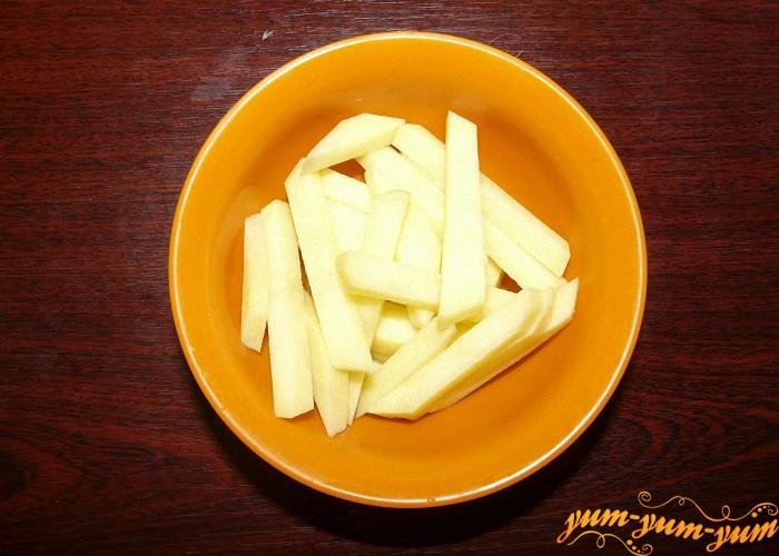 Картофель почистить помыть и нарезать соломкой