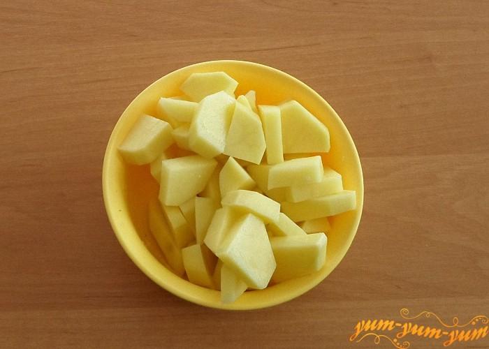 Картошку помыть очистить и нарезать тонкими брусками
