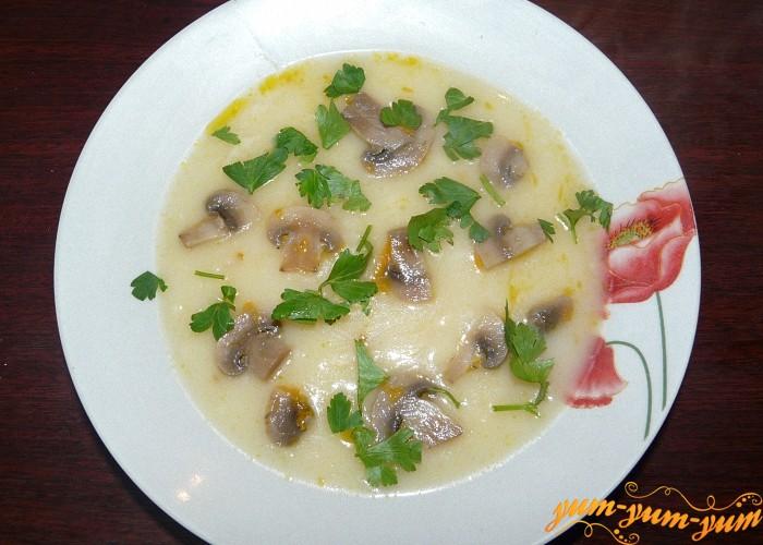 Крем суп можно украсить кусочками жареных грибов и зелени