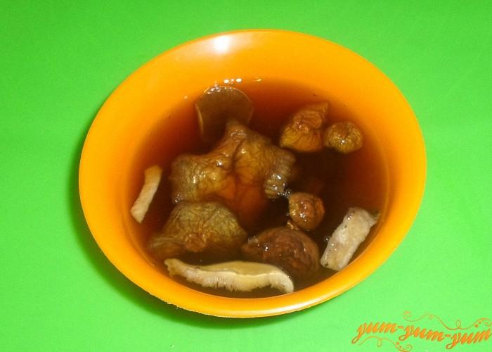 Лучше всего сушеные грибы замочить в воде