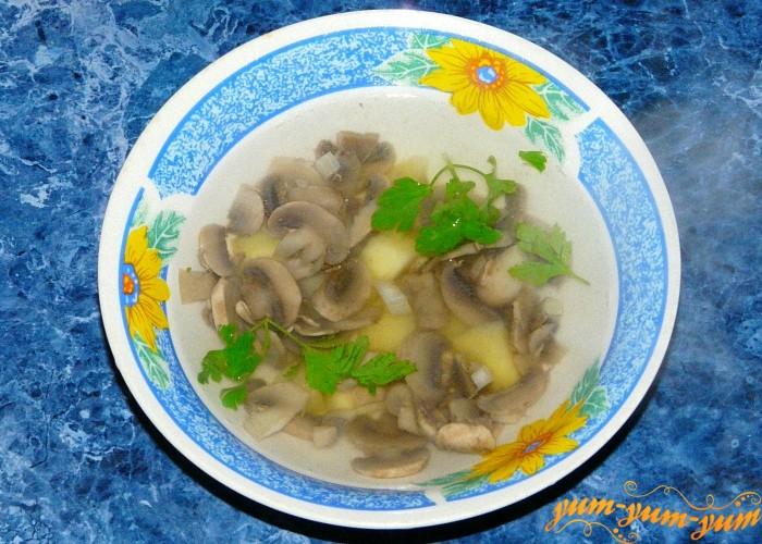 Суп из лесных грибов подать к столу