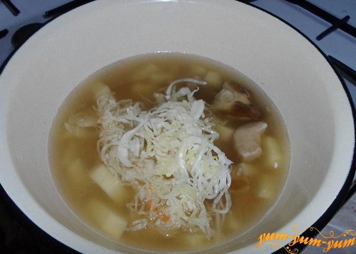 Добавить в суп капусту и довести до готовности