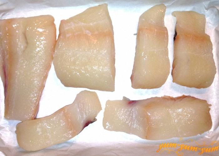 Филе рыбы нарезать на куски среднего размера