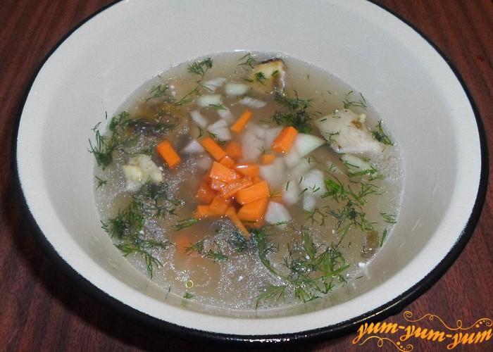 Морковь и лук нарезать мелкими кусочками и добавить в суп