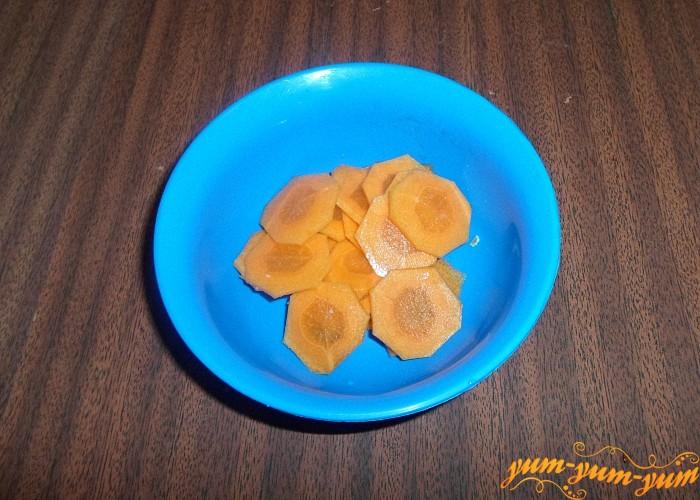 Морковь нашинковать тонкими брусочками