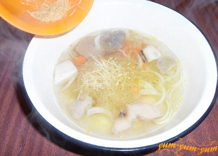 Насыпать в грибной суп вермишель