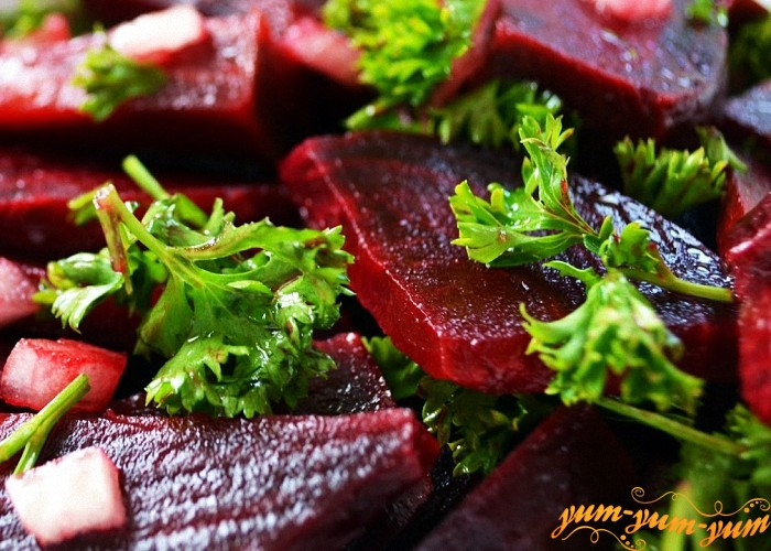 Овощное блюдо можно украсить веточкой петрушки