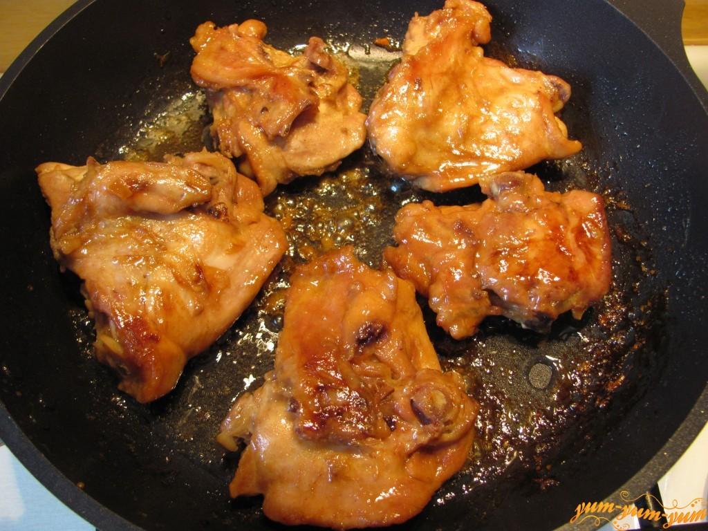 Курица соусе на сковороде
